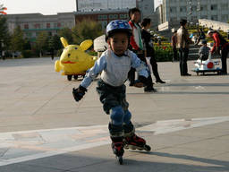 A perfect example of a complete rollerblading gear: online skates, helmet, gloves, elbow pads, and knee pads.